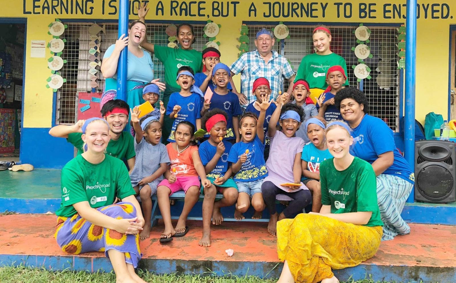 チャイルドケアボランティアと元気いっぱいのフィジーの子供たち